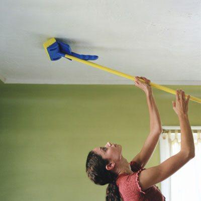Долго стоять в таком положении достаточно сложно, но чего не сделаешь ради уюта домашнего очага.