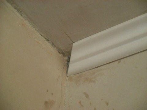 Как резать потолочный плинтус в углах с минимальным набором инструментов? Легко. Нужны лишь карандаш, нож и глазомер