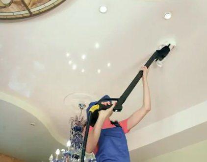 Чистка потолка от пыли с помощью пылесоса