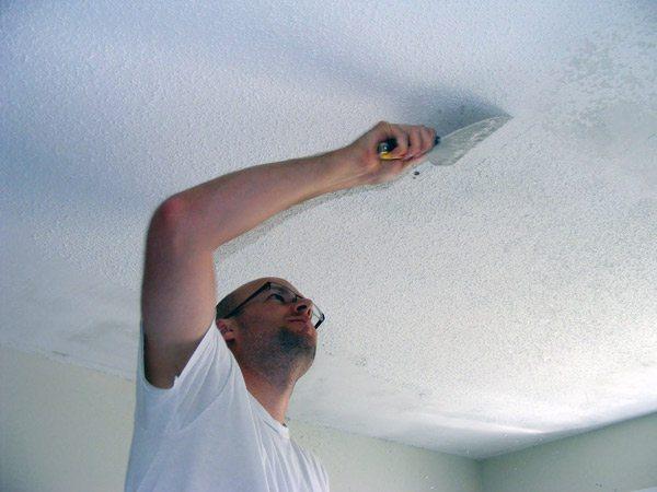 Очистка побелки с потолка