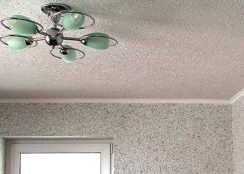 Потолок, оформленный обоями