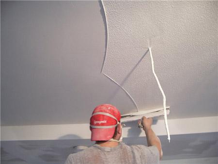 ложное место ремонта помещения – это потолки и очень часто жильцы старых квартир задаются вопросом, как самостоятельно отремонтировать потолок. Всё это в ваших силах, надо лишь иметь желание и знать, как это сделать. Сейчас мы пошагово рассмотрим <strong srcset=