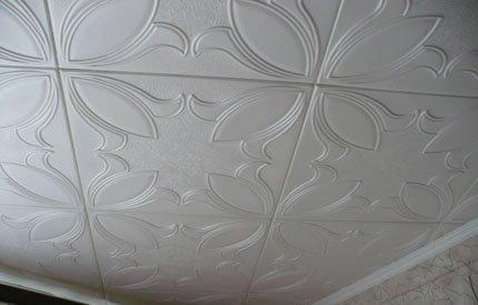 Потолок, отделанный плиткой
