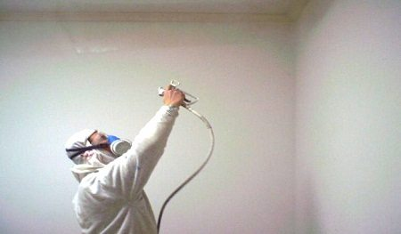 Оптимальное расстояние от краскопульта до потолка - не больше полуметра.