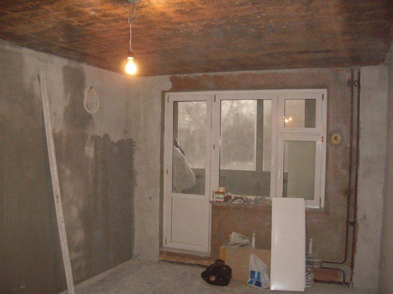 При капитальном ремонте часто и вовсе удаляется вся старая штукатурка со стен и потолка.