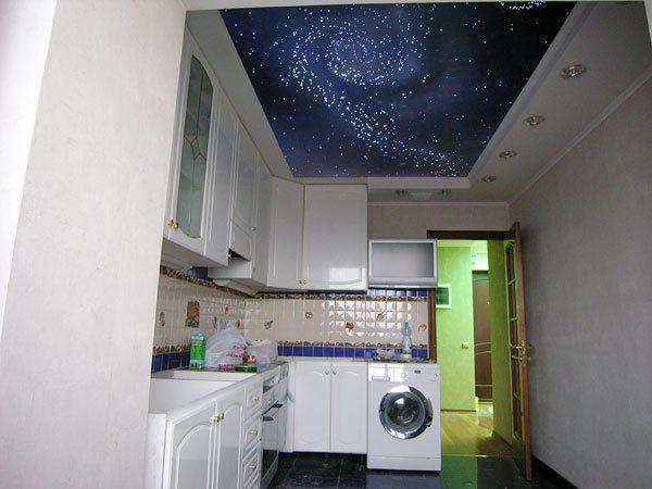 Регулярная уборка поверхности поможет сохранить блестящий вид натяжного потолка. Тогда, как отмыть натяжной потолок от въевшихся загрязнений намного сложнее.