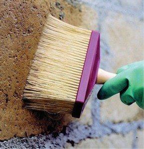 Проникающая грунтовка не только укрепит, но и защитит поверхность от плесени
