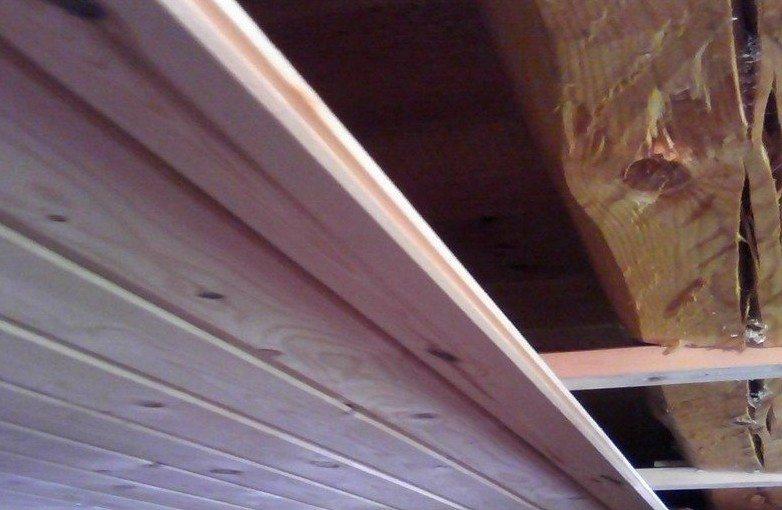 Деревянная вагонка идеально сочетается со стенами из бревен или бруса. Увы, она недешева