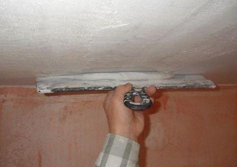 Растягиваете раствор по потолку большим шпателем