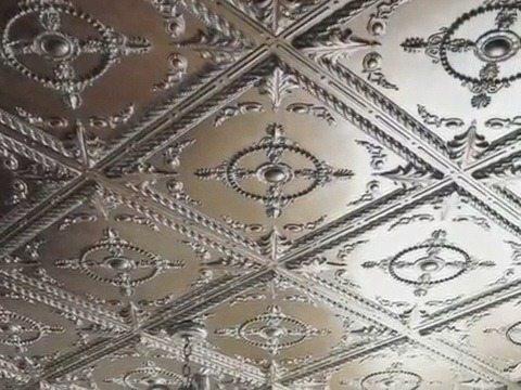Потолочная плитка наклеена по диагонали