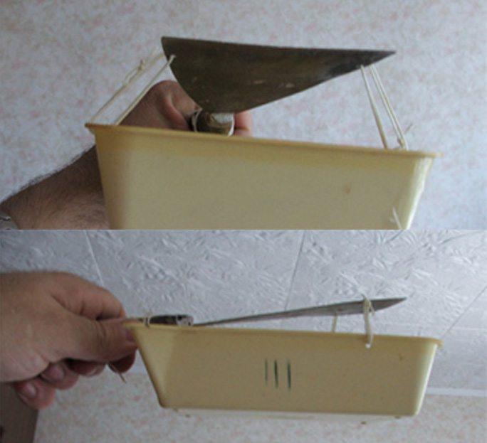 Пласты побелки падают в прикрепленный к шпателю контейнер