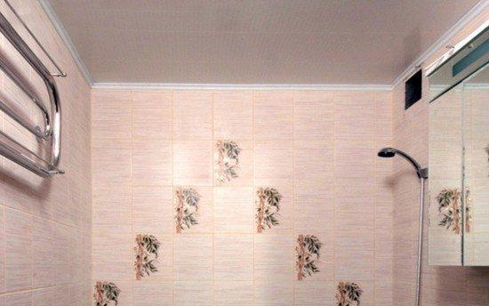 Именно поэтому панели - очень популярное решение для потолка в ванной.
