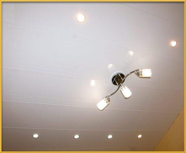 ПХВ панели позволяют выровнять и облагородить потолок с минимальными затратами.