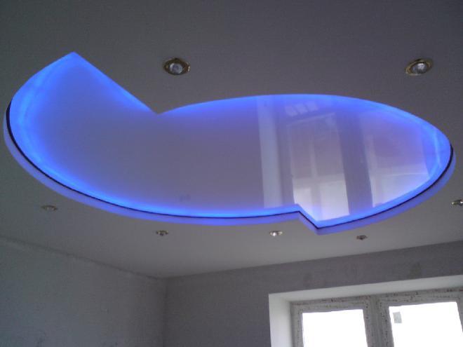 Глянцевые натяжные потолки в комбинации со светодиодной подсветкой смотрятся очень красиво
