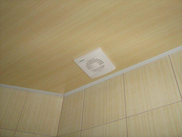 Потолок в ванной комнате из ПВХ панелей
