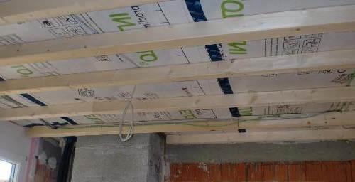 Гипсокартон проще крепить на деревянную обрешетку. Но она может деформироваться при изменении влажности.
