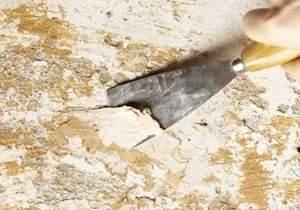 Очистка потолка с помощью воды и шпателя