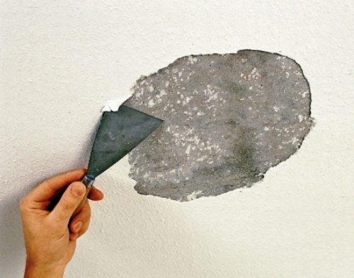 Один из способов, как счистить побелку с потолка