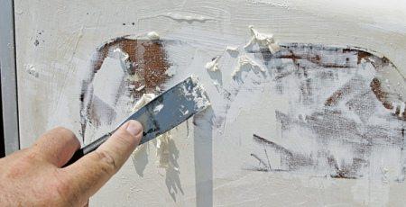 ние потолка начнем с его подготовки - удаления старого покрытия. Эту отделку желательно убрать полностью до штукатурного слоя, что обеспечит более прочное сцепление любого материала с потолком. Специалисты советуют, как снять водоэмульсионную краску с потолка в зависимости от конкретного ее вида.  [caption id=