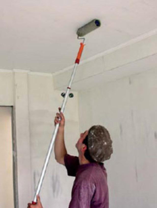 Покраска потолка после окончания работ по заделке трещины