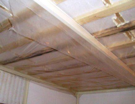Не забывайте про пароизоляцию. Иначе плесень и грибок сократят жизнь деревянного дома на десятилетия.