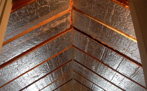 Материалов для пароизоляции сейчас много. Пленка со слоем фольги дополнительно уменьшит потери тепла за счет излучения.