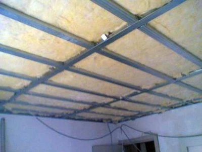 Подвесной каркас потолка с утеплением минеральной ватой