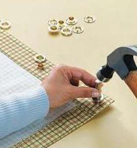 Вставка люверс в занавеску может производиться с использованием молотка