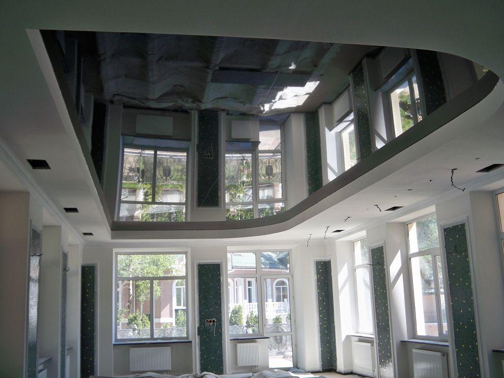 Глянцевые потолки черного цвета обладают большей отражающей способностью