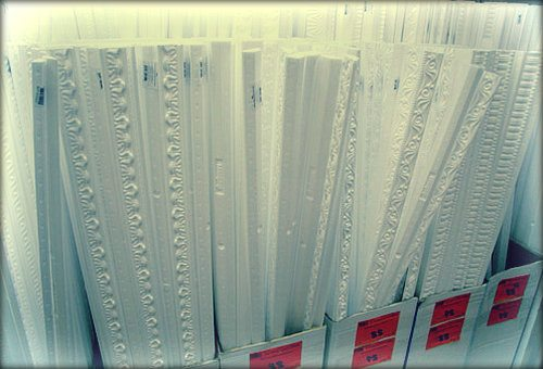 В магазине огромный выбор потолочных плинтусов. Какие лучше и почему?