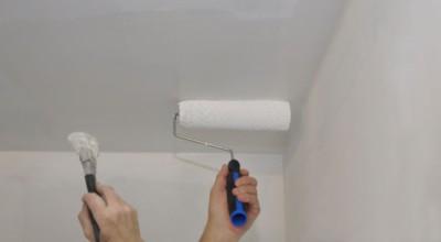 Покраска потолка делается валиком, а труднодоступных мест – кистью