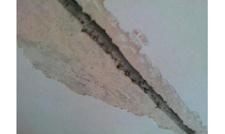 Расширенный с помощью перфоратора шов на потолке