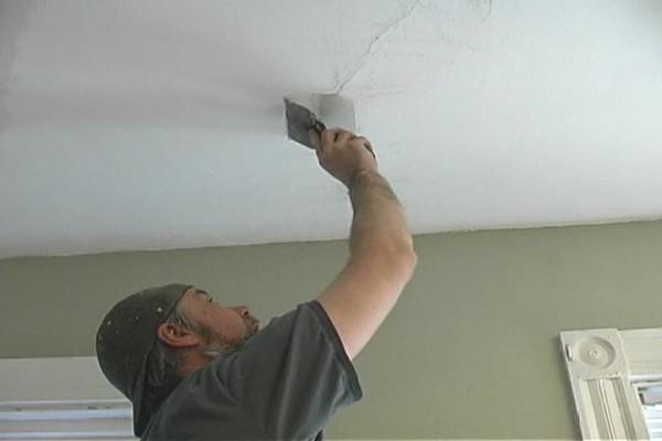 Начало работ по устранению трещины на потолке