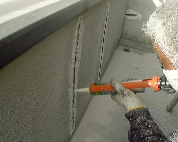 Устранение трещин при помощи герметика