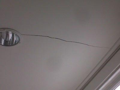 Прежде чем приступить к реанимации потолка, нужно выяснить причину происхождения трещин