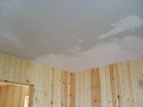 Нанесение стартового слоя шпаклевки на потолок