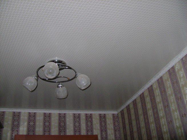 Потолок в спальне из панелей ПВХ