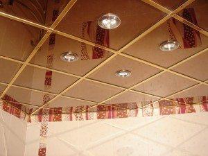 Зеркальная поверхность потолка зрительно расширяет пространство