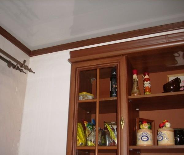 Экономный вариант – сосновый или еловый плинтус, причем сверху он покрыт качественным шпоном ценных пород.