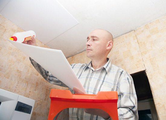 Главное - чтобы плитка прилипла сразу и прочно. Зафиксировать ее на потолке до высыхания клея, мягко говоря, трудно.