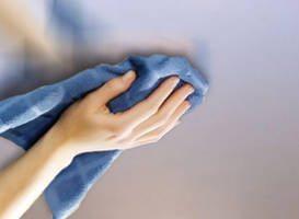 Губка или ткань для мытья натяжных полотен должна быть обязательно мягкой