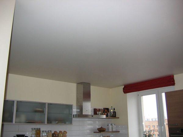 Оштукатуренный и зашпаклеванный потолок в кухне: просто, но со вкусом