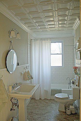 В ванной в классическом стиле плитка может выглядеть очень достойно