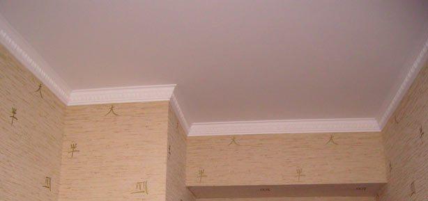 Для низкой и компактной комнаты хрущевки широкий потолочный плинтус - не очень удачный выбор