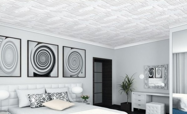Со вкусом подобранная и качественно приклеенная полистирольная плитка на обычный заливной потолок способна украсить интерьер даже дорого оформленного помещения