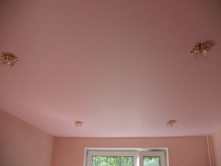 Потолок в розовых тонах
