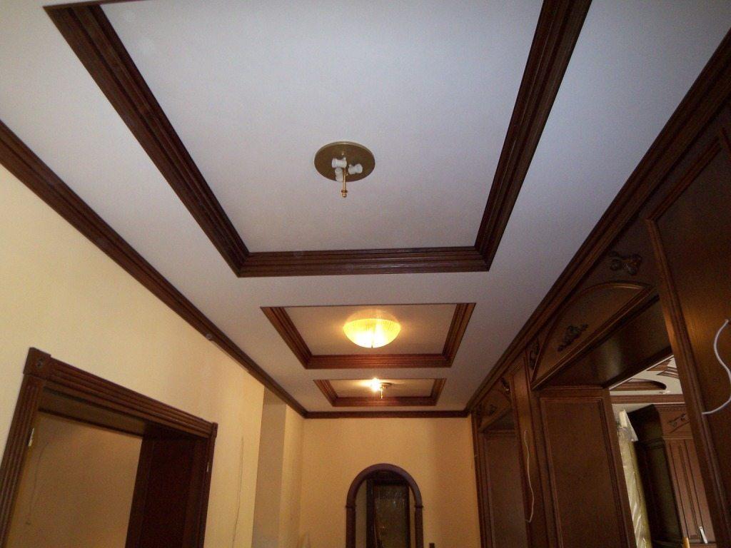 Контрастный цвет потолочного плинтуса очень эффектен, когда в помещении есть элементы того же оттенка