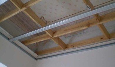Каркас для подвесного потолка из деревянного профиля