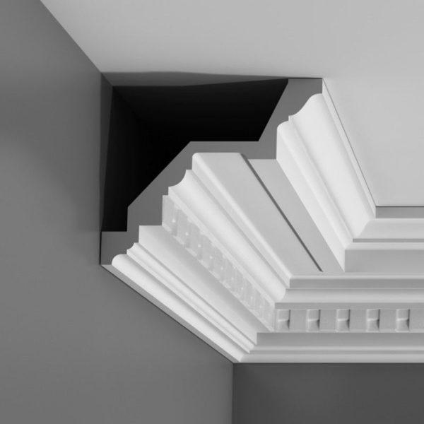 Карниз клеится верхней частью к потолку, а нижней – к стене.