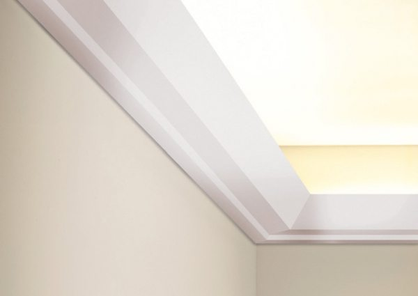 Чем больше расстояние до потолка - тем легче укладывать светодиодную ленту и вытирать пыль. Но с противоположного угла комнаты источник света будет виден. Особенно высокому человеку.